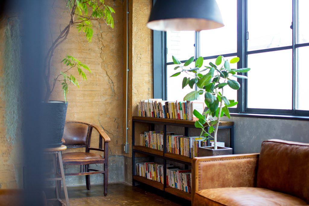 岡山のシェアオフィス・アクラ堂のブックスペース